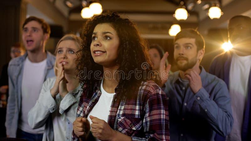 Нервные молодые люди ждать результат выборов результаты выборов, надеясь для победы фаворитов стоковые изображения rf