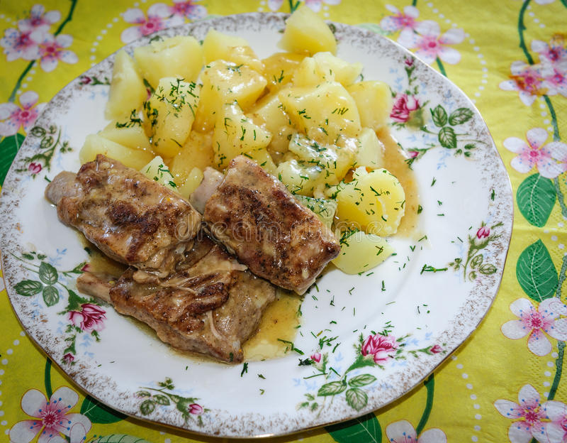 Download Нервюры свинины с картошками Стоковое Фото - изображение насчитывающей зажжено, тарелка: 33727116