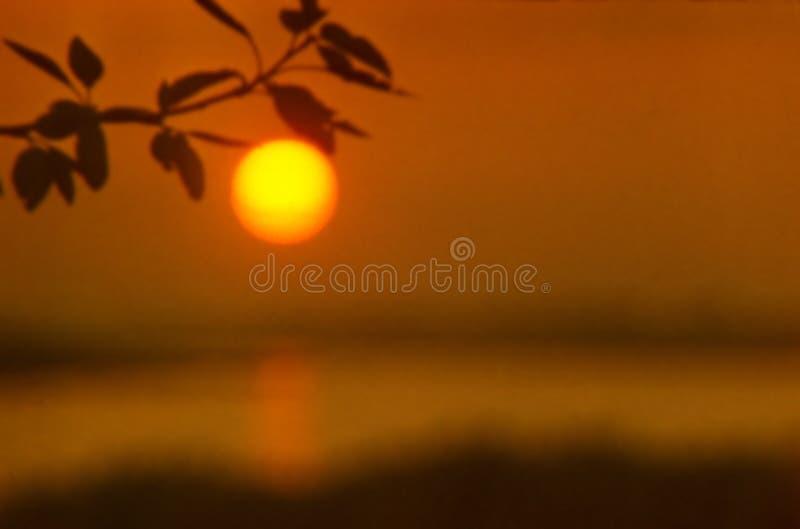 Нереальное большое солнце как волшебное яблоко на заходе солнца стоковое изображение rf