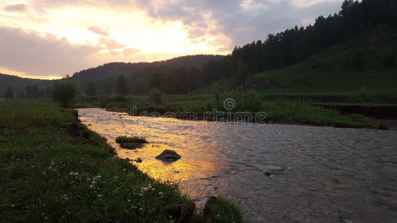 Нереальный заход солнца в отражении реки стоковая фотография rf