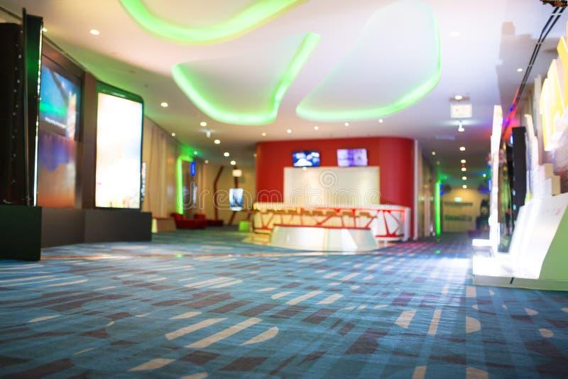 Нерезкость предпосылки Defocus мест ожидания людей в кино или салоне комплекса кино стоковое фото rf