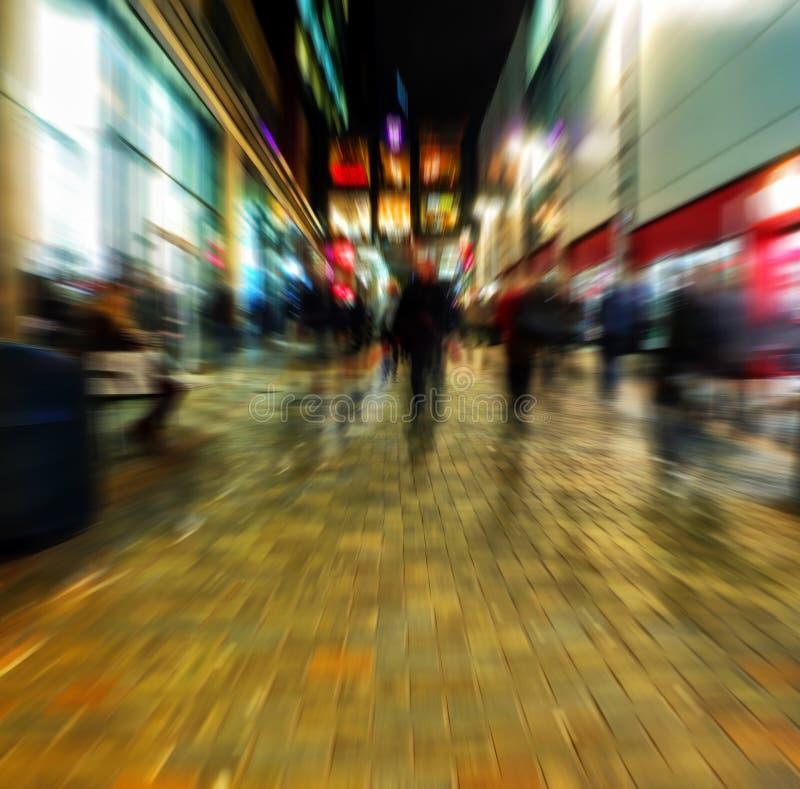 Нерезкость сигнала пешеходной торговой улицы в центре города стоковые фото