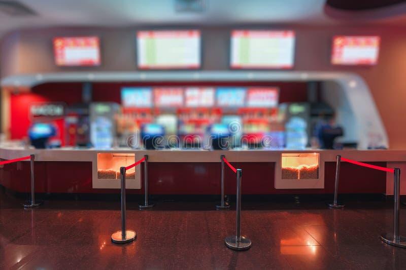 Нерезкость людей предпосылки Defocus ждать в кино или салоне комплекса кино стоковое фото rf