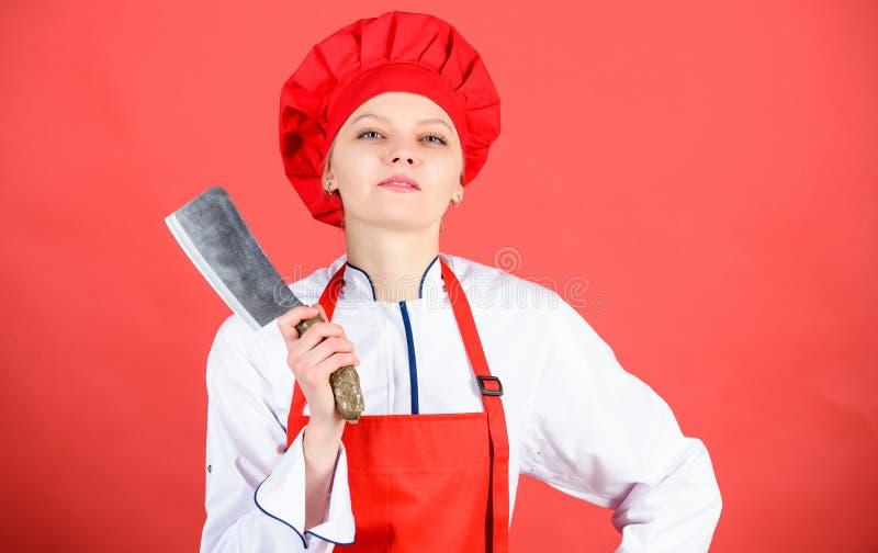 Нержавеющая сталь Быть осторожным пока отрезанный Шеф-повар отрезал овощи Нож владением шеф-повара женщины острый Пути прервать е стоковые фотографии rf