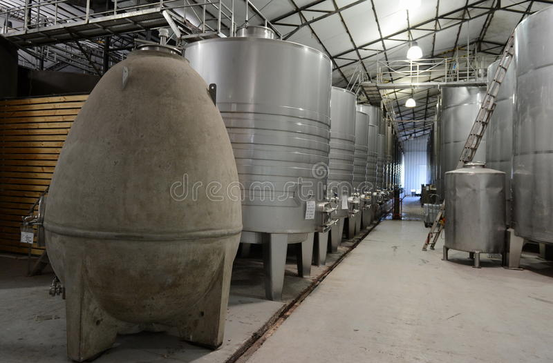 Нержавеющая сталь танков заквашивания для вина на винодельне Viu Manent стоковая фотография