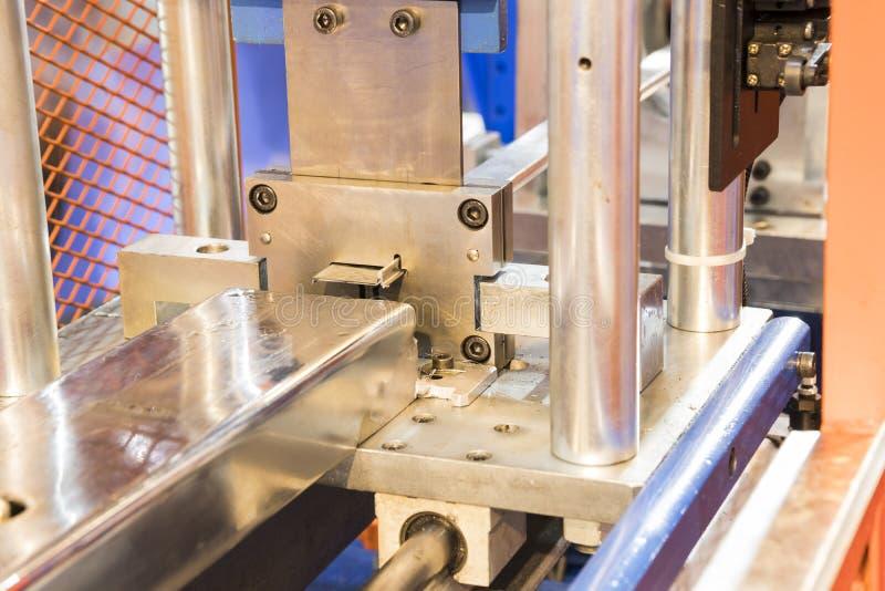 нержавеющий выход листа бара из плашки внутри процесс стоковая фотография rf