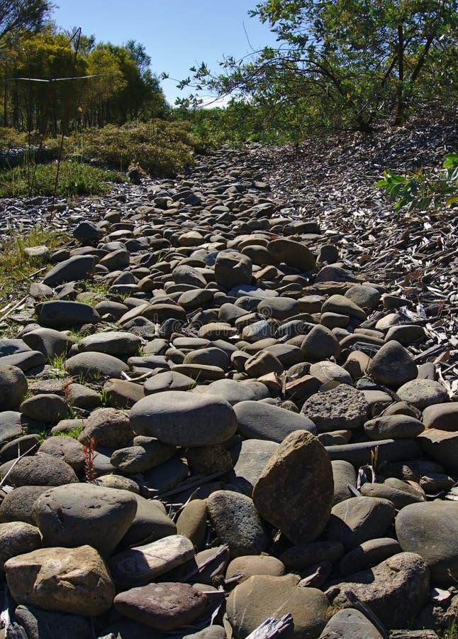Неровное каменистое на пути серого цвета идя стоковые изображения