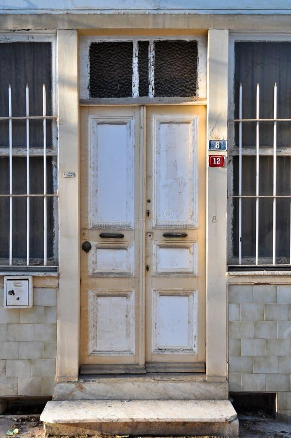 Несенная вне деревянная белая дверь стоковое изображение rf