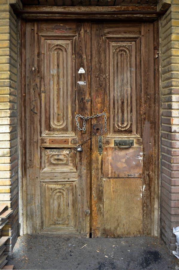 Несенная вне старая деревянная дверь стоковые изображения rf