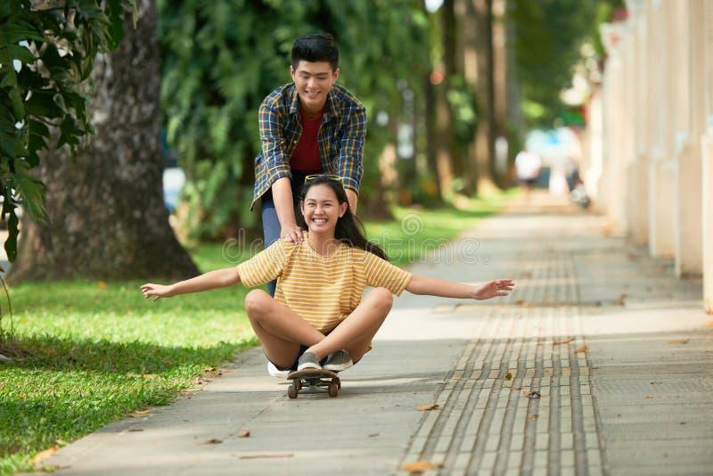 несенный скейтборд ботинка riding фокуса передний стоковые изображения rf