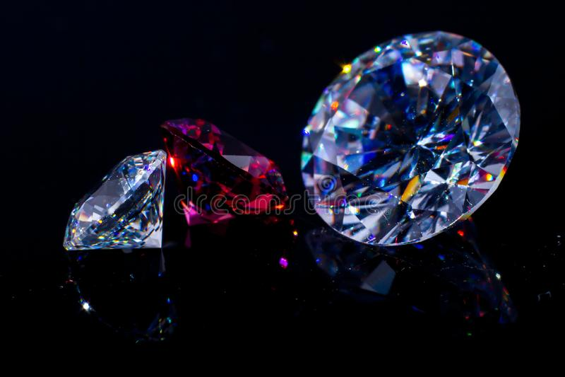 Несколько кристаллов Swarovski шикарных на черных поверхности, shimmer и искр стоковые изображения