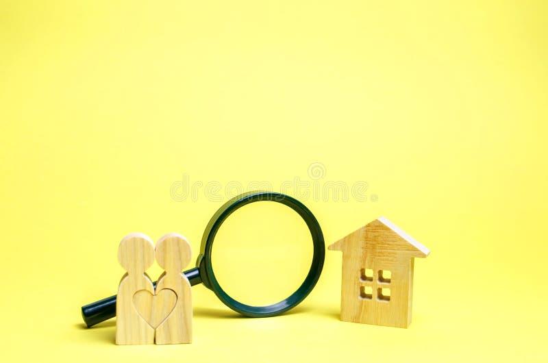 Несколько любовники стоят около дома и лупы Концепция обнаружения квартиры или дома допустимый стоковое фото