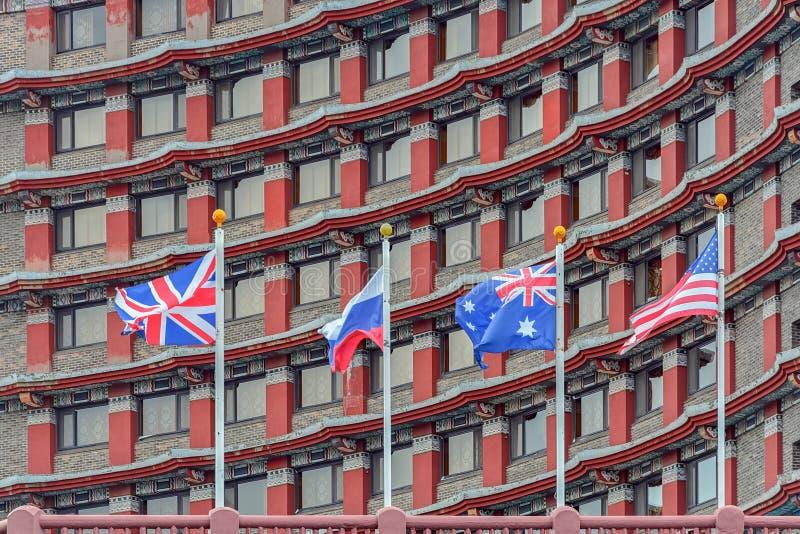 Несколько национальных флагов на флагштоках стоковая фотография