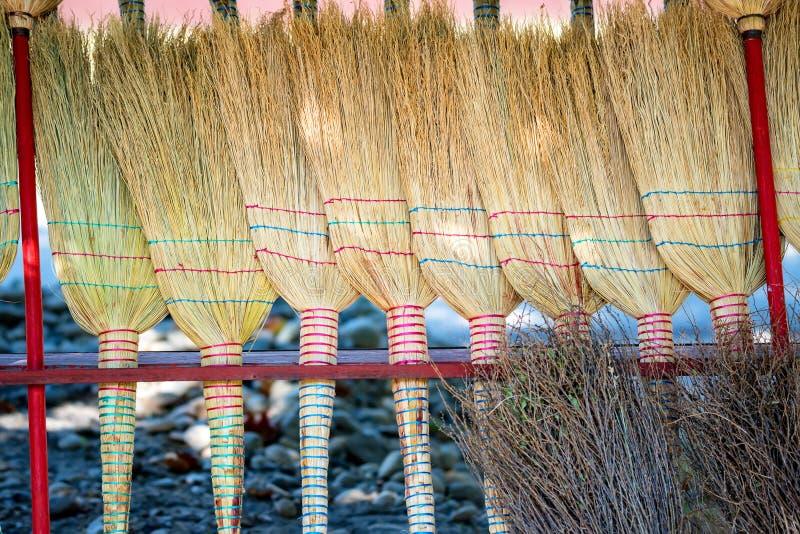 Несколько новых веников соломы на рынке стоковая фотография rf