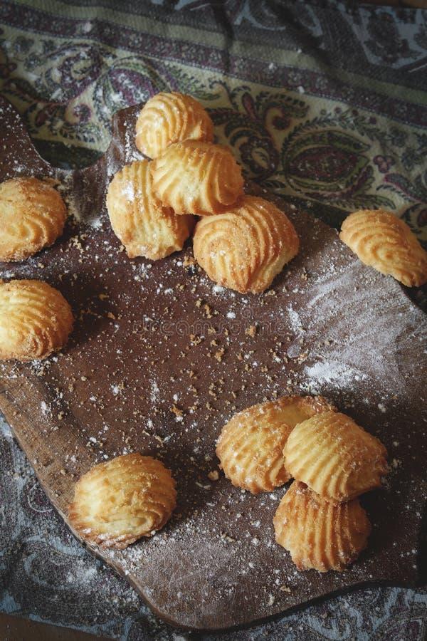 Несколько свежих домашних сделанных печений на разделочной доске с мукой стоковое фото rf