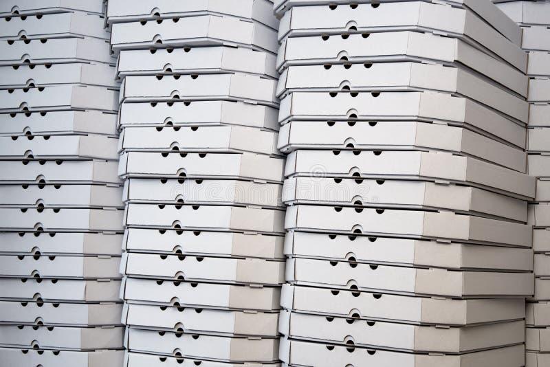 Несколько строк коробок пиццы, белых контейнеров упаковки пиццы стоковое изображение rf