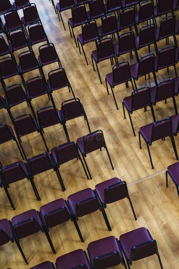 Несколько строк пустых пластиковых стульев в аудитории подготовили журналисты и зрителей студентов фронта речи диктора стоковое фото