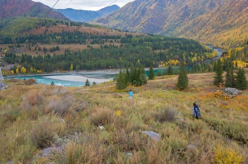 Несколько туристы идя к реке стоковые изображения rf