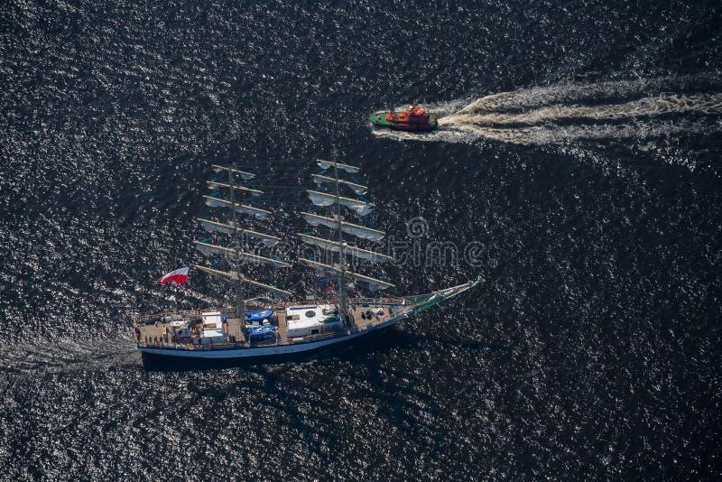 Несколько яхты и парусников идут к морю под ветрилом над взглядом стоковое фото