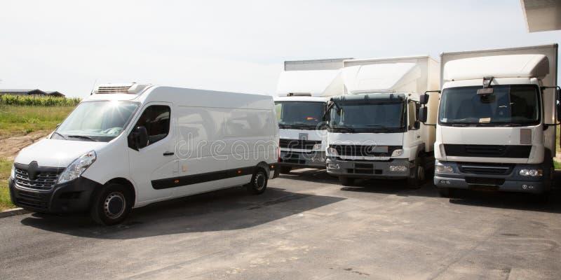 Нескольк тележка фургона доставки белая логистическая для распределения транспорта обслуживания стоковое изображение rf