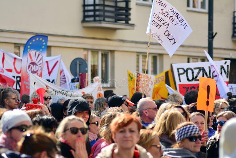 Нескольк тысяча учителей, так же, как родители и студенты поддерживая их, опротестовали, шестнадцатый день учителей протестуют ос стоковые изображения rf