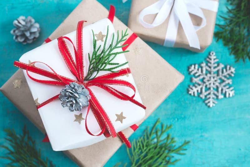 Несколько коробок рождества подарков festively украшенных на предпосылке бирюзы, селективном фокусе стоковые фото