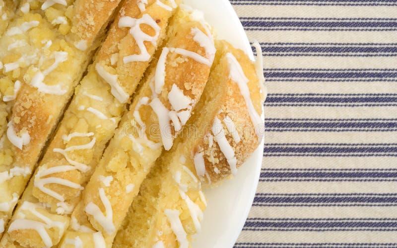 Несколько кусков danish сыра на белой плите стоковые фотографии rf