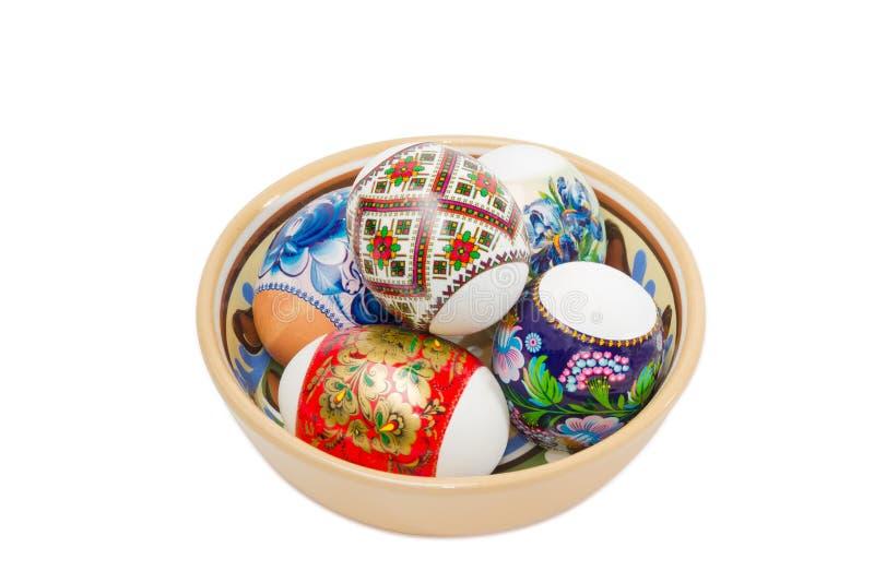 Несколько различных пасхальных яя в керамическом шаре стоковые изображения rf
