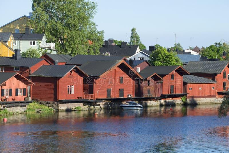 Несколько старых амбаров на вечере лета реки porvoo Финляндии стоковые фотографии rf