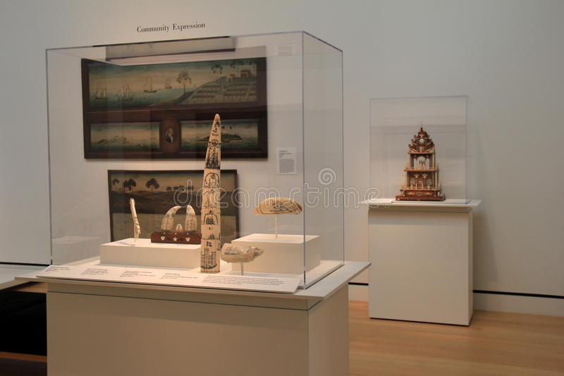 Несколько стеклянных случаи и стен заполнили с искусством, музеем Peabody Essex, Салемом, массой, 2016 стоковые фотографии rf