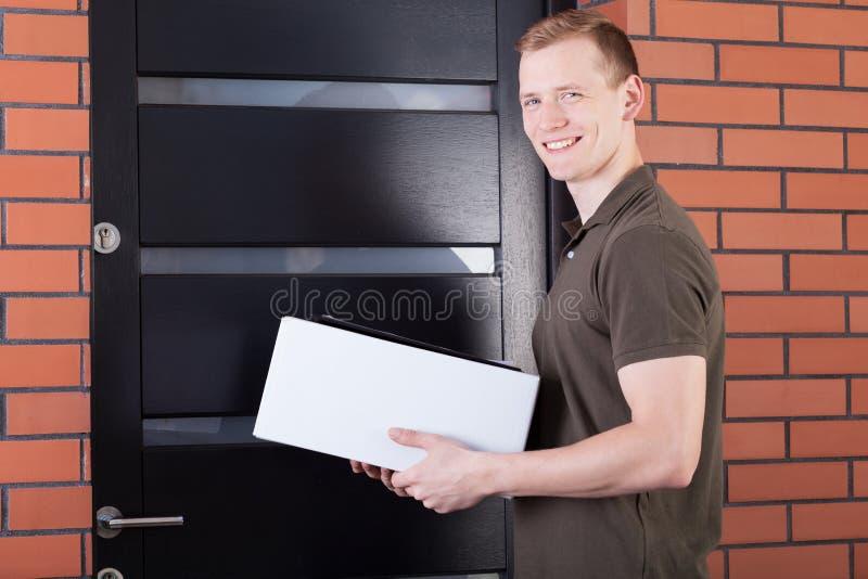 Несущая почты с пакетом стоковое фото
