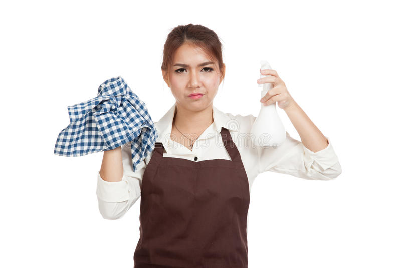 Несчастная азиатская официантка в рисберме с инструментами чистки стоковые фотографии rf