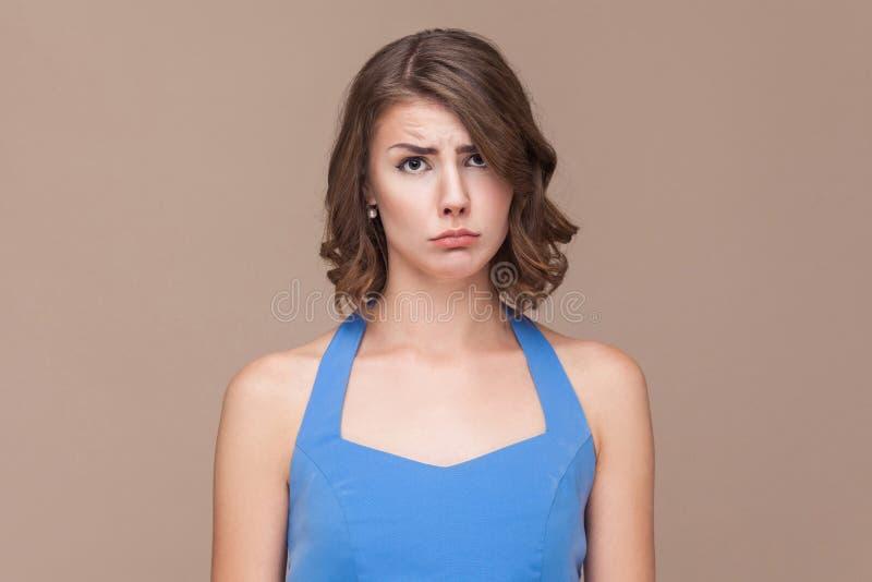 Несчастная бизнес-леди смотря камеру и выкрик стоковые изображения