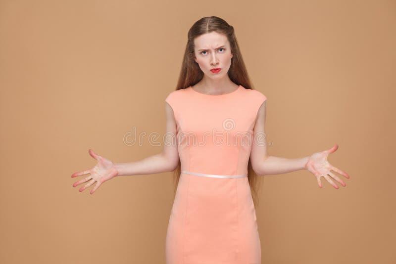 Несчастная женщина гнева при руки вверх смотря камеру стоковые фото