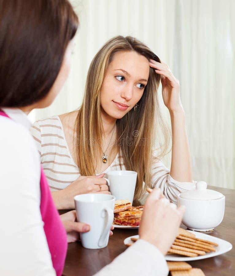 Несчастная женщина говоря к другу о ее проблемах стоковые фотографии rf
