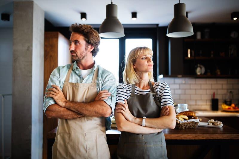 Несчастная пара спорит и ссорится на кухне, что приводит к разводу стоковая фотография