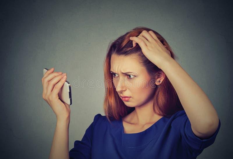 Несчастная разочарованная женщина осадки удивила ее проигрышные волосы, волосяный покров отступать стоковые фото