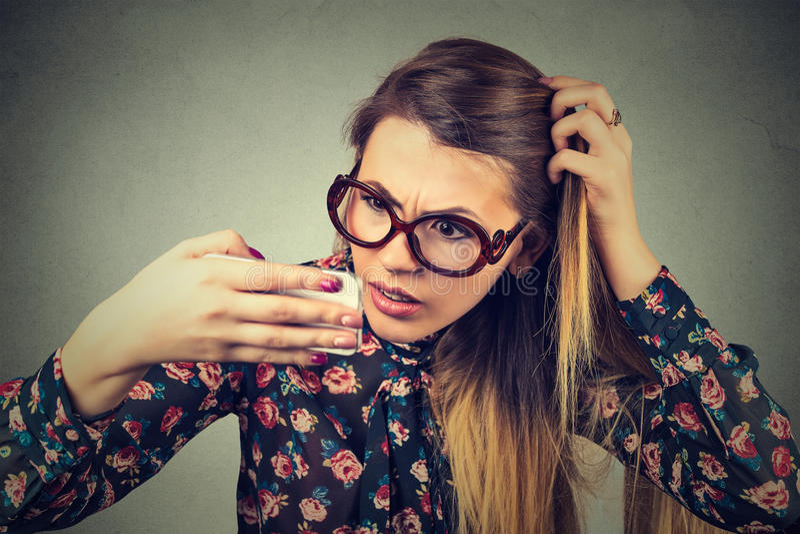 Несчастная разочарованная молодая женщина осадки удивила ее проигрышные волосы стоковые изображения rf