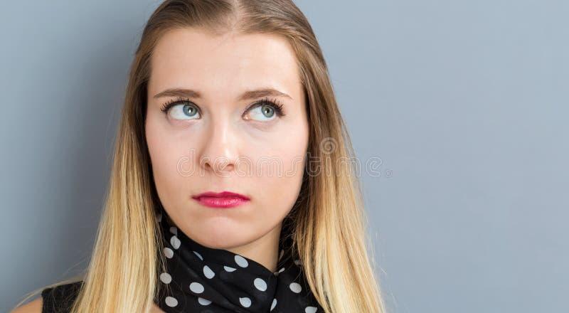 несчастные детеныши женщины стоковое изображение rf