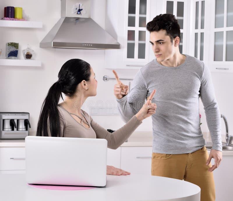 Несчастные пары в кухне стоковое изображение