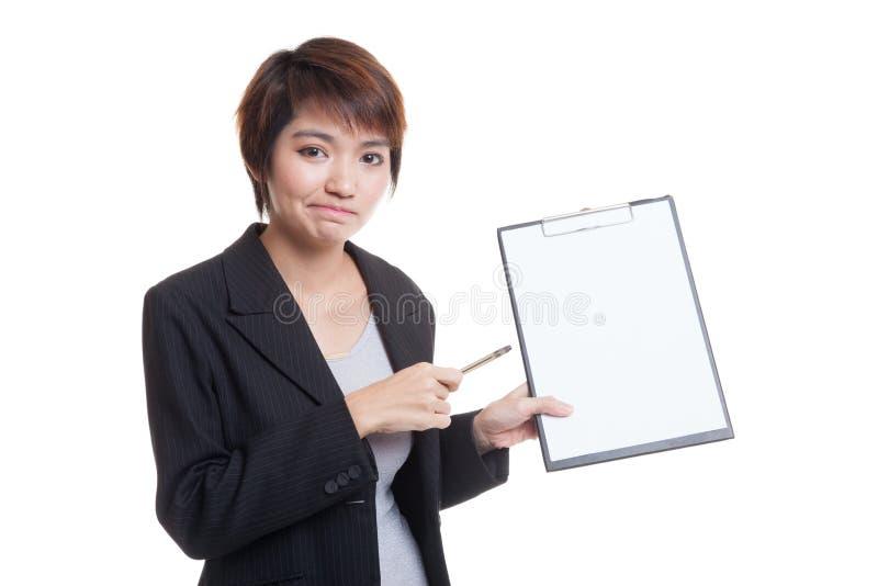 Download Несчастный азиатский пункт бизнес-леди к доске сзажимом для бумаги с ручкой Стоковое Изображение - изображение насчитывающей костюм, clipboard: 81811897