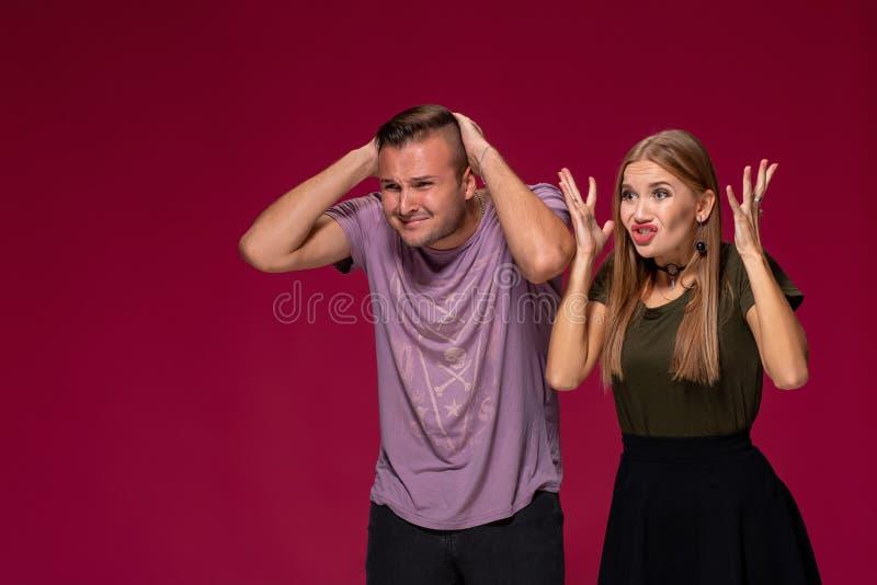 Несчастный взгляд женщины и человека недовольства с опостылеть выражением, как видеть что-то неприятное Несуразные пары стоковое изображение