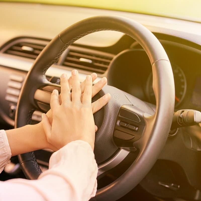Несчастный водитель девушки вспугнуто сотрястено стоковое изображение rf