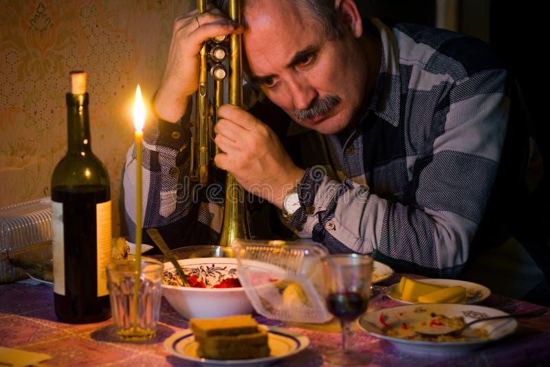 Несчастный музыкант думая о трудной жизни стоковая фотография