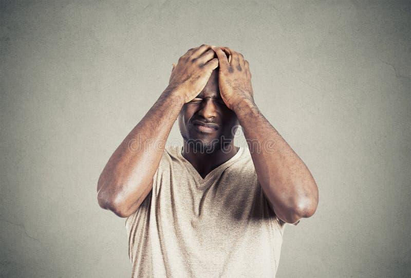 Несчастный парень осадки, унылый молодой человек докучал ошибками стоковое фото rf
