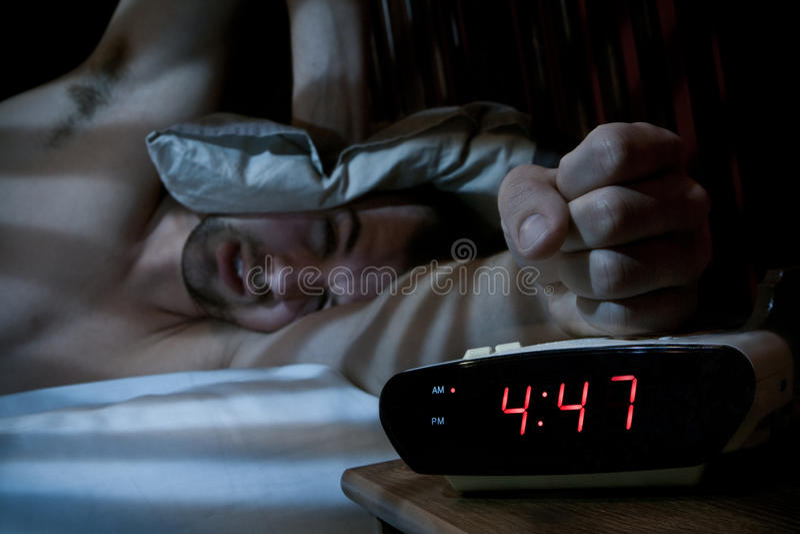 Download Несчастный человек ломая будильник. Стоковое Фото - изображение насчитывающей рука, сновидение: 33728362