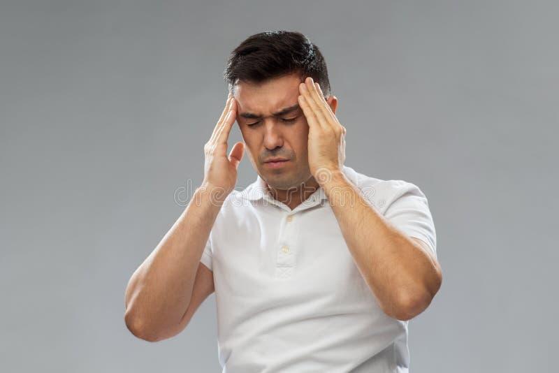 Несчастный человек страдая от головной боли стоковое изображение rf