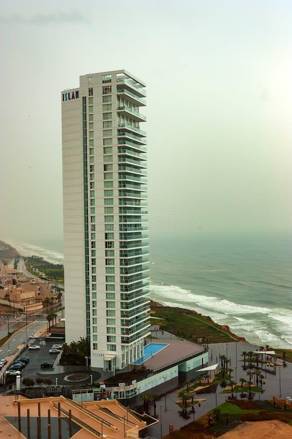 НЕТАНЬЯ, ИЗРАИЛЬ - ОКОЛО НОЯБРЬ 2011: взгляд гостиницы острова стоковое фото rf