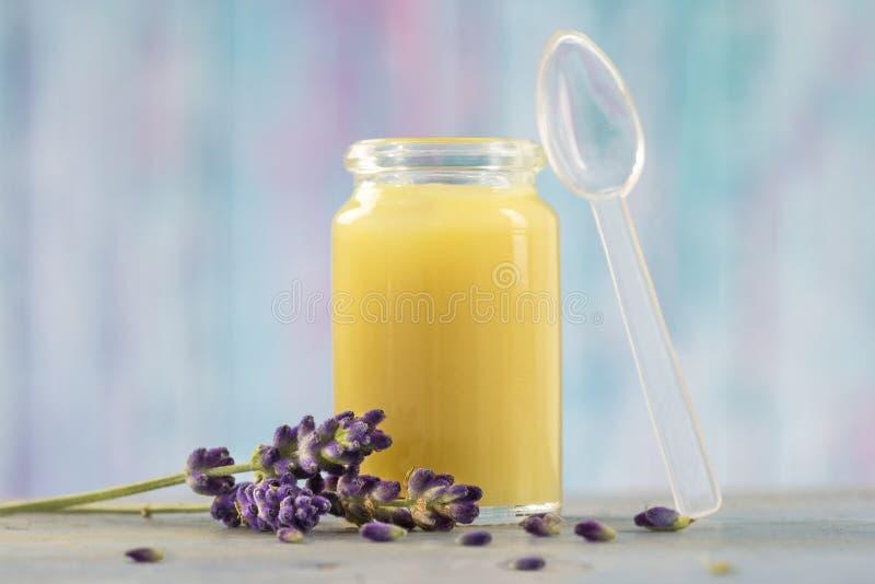 Нетрадиционная медицина - сырцовый органический королевский студень стоковое изображение rf