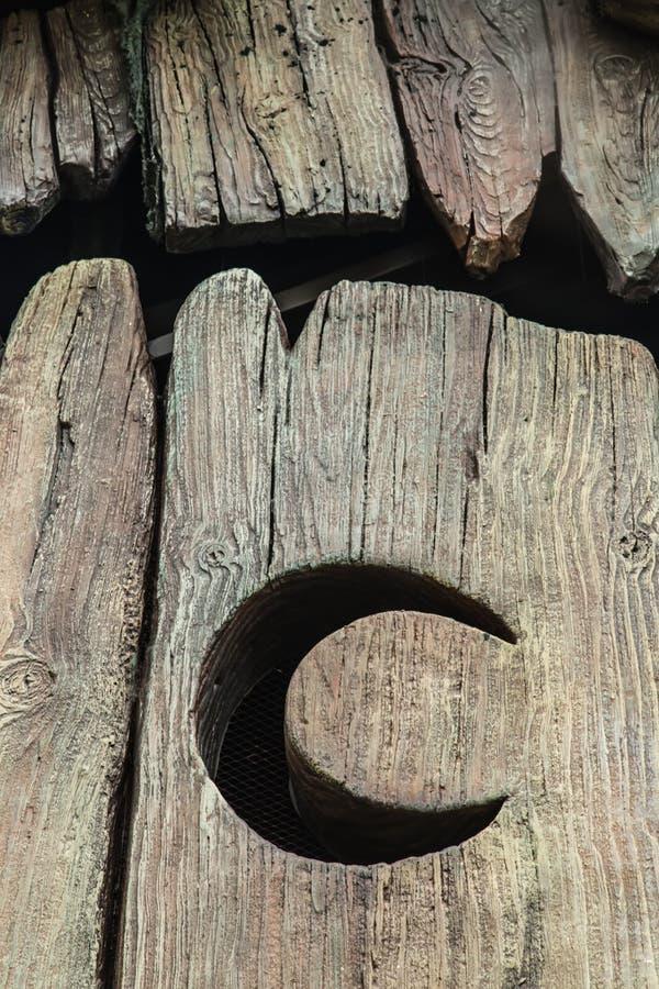 Неубедительная деревянная луна на большой детали взгляда ворот стоковая фотография